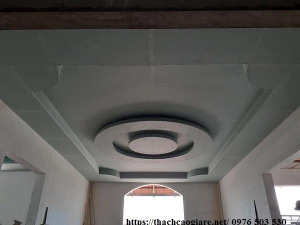 Có nên làm trần thạch cao cho nhà mái tôn